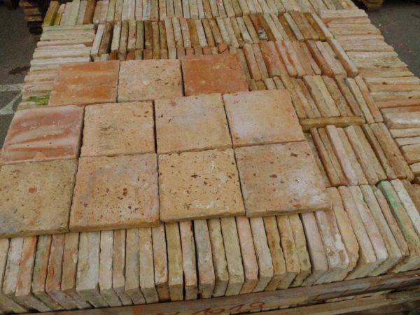 Carrelage ancien en terre-cuite clair