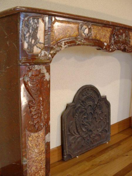 Habillage de cheminée ancienne en marbre style régence