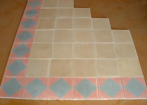 Carrelage ancien en ciment de couleur rose et gris, pour frise