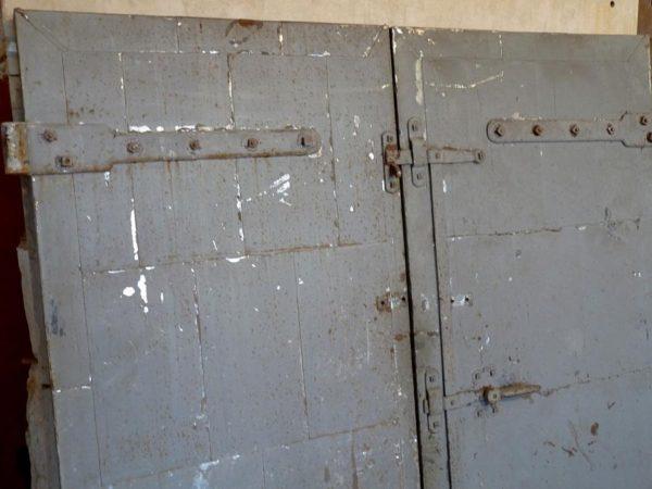 Porte ancienne en vieux bois habillé métal