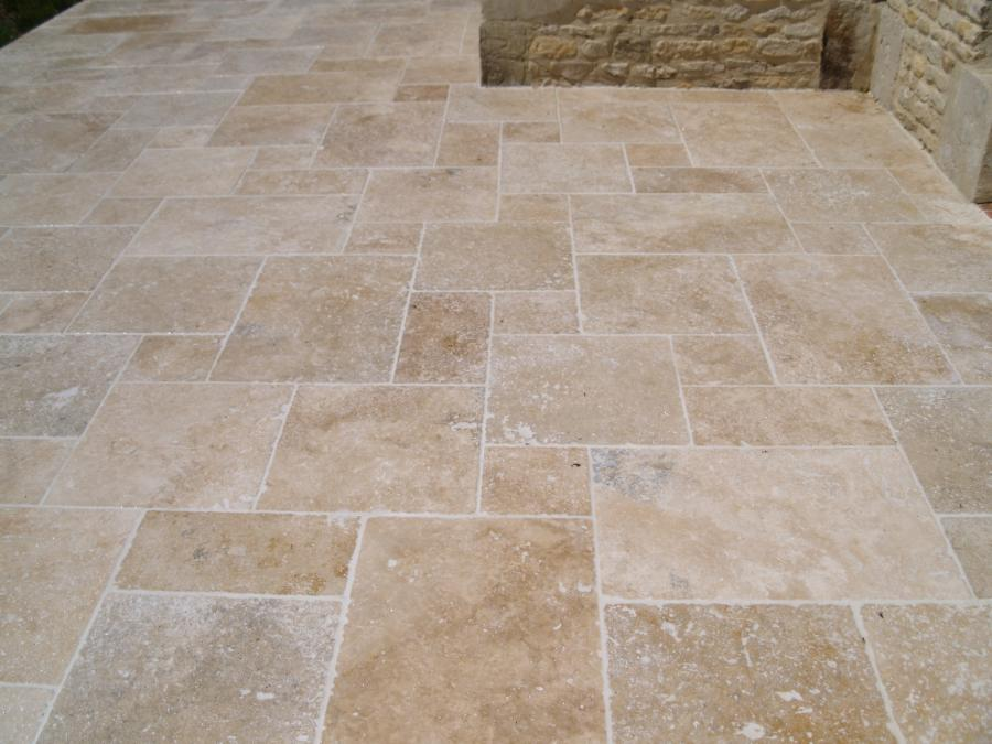 Antiqued travertine stone flooring for Carrelage opus romain