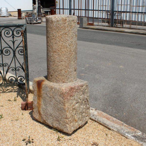 borne routière granit