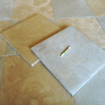 Carrelage à damier en pierre naturelle, ocre et gris