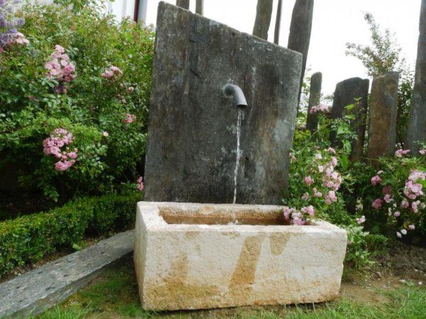 Fontaine de jardin en pierre ancienne