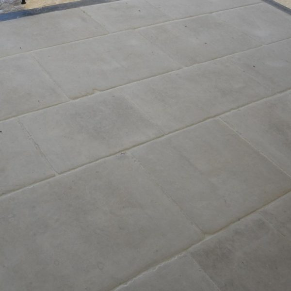"Dallage bar gris / Cool Grey Bar ""antiqued"" limestone flooring"