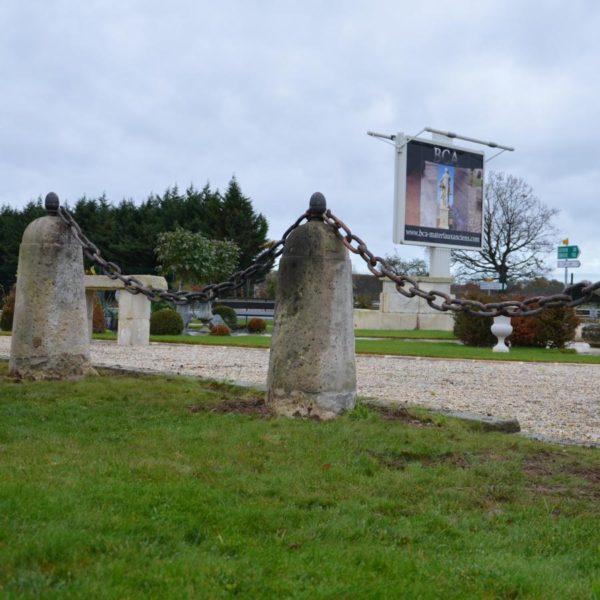Borne ancienne en pierre calcaire