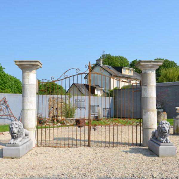 Piliers anciens de portail en granit