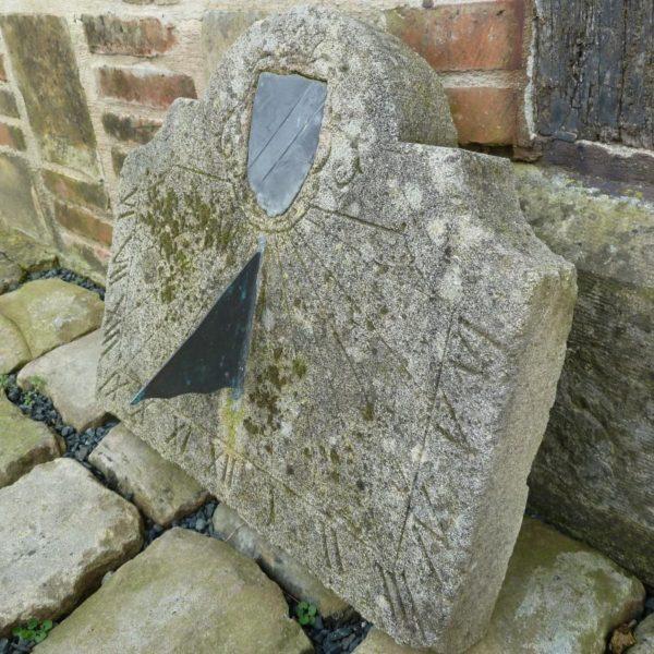 Cadran solaire mural en pierre