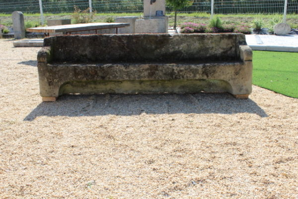 Banc ancien en pierre de grès