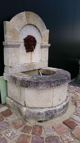 Fontaine ancienne en pierre calcaire