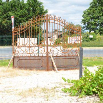 Portail ancien en fer forgé rouillé