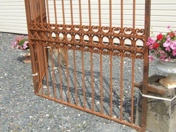 structure de grille ancienne en fer forgé