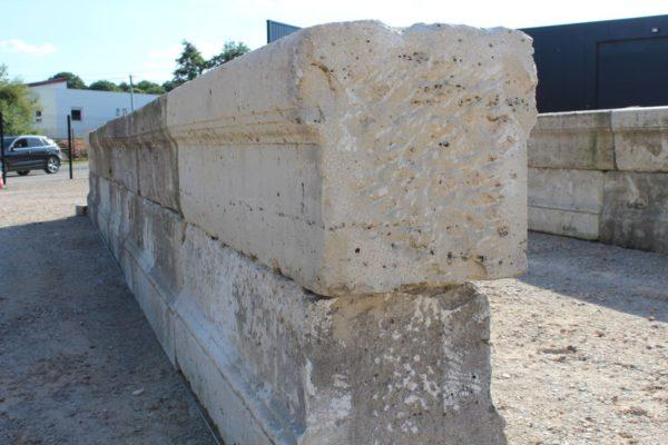 Rempart / mur de pont en pierre calcaire