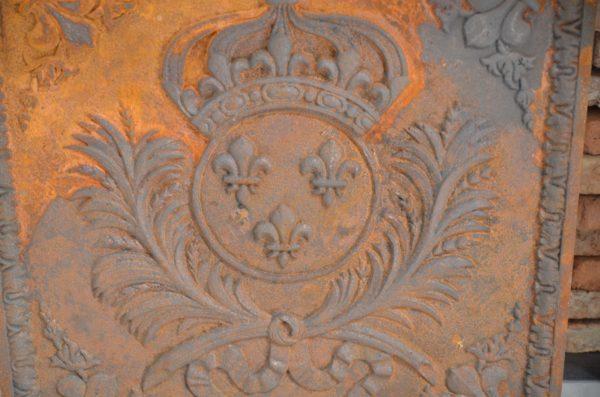 Plaque en fonte pour cheminée ancienne
