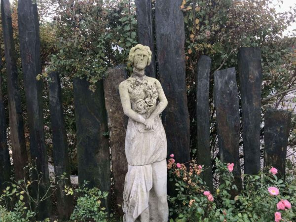 statue women with flowers