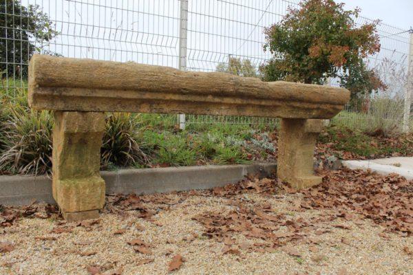 Banc ancien en pierre calcaire