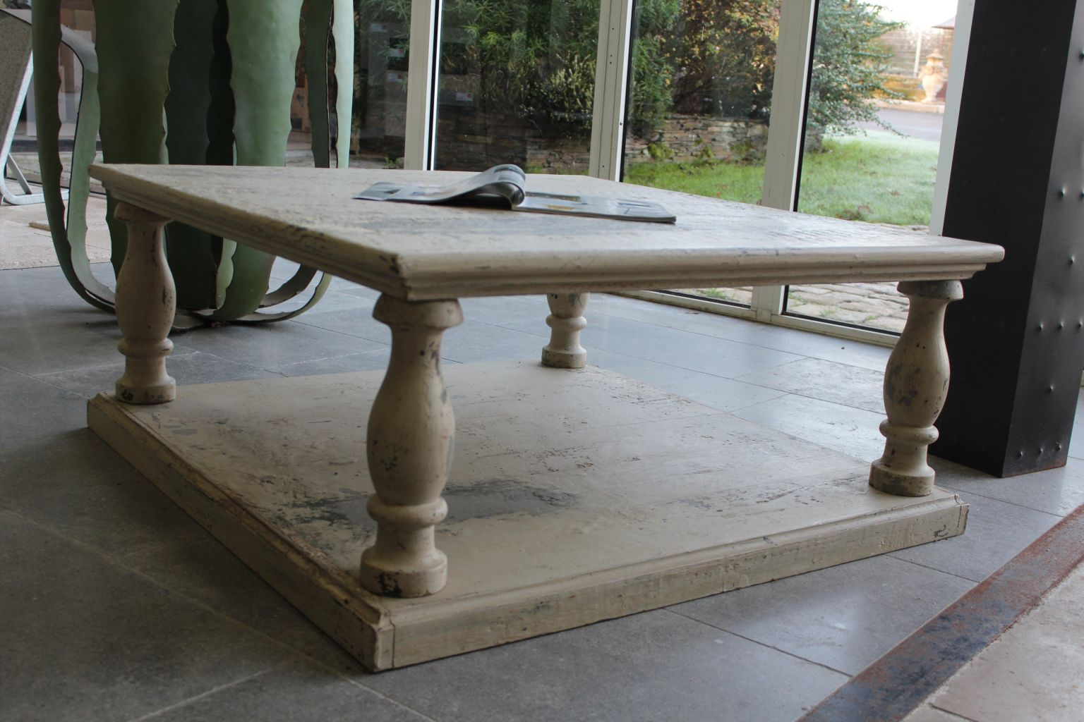 Table basse en chene avec une patine de finition a l 39 ancienne for Table basse chene metal