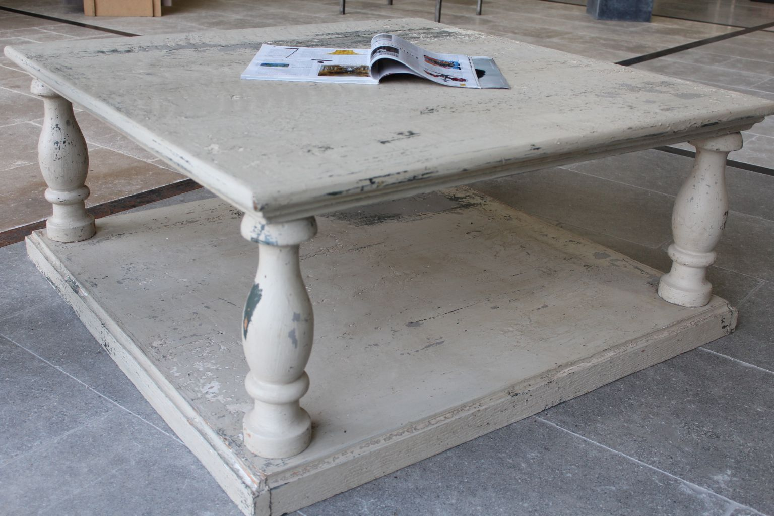 Table basse en chene avec une patine de finition a l 39 ancienne - Table basse ronde chene ...