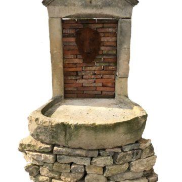 Fontaine Ancienne en Pierre et en Briques