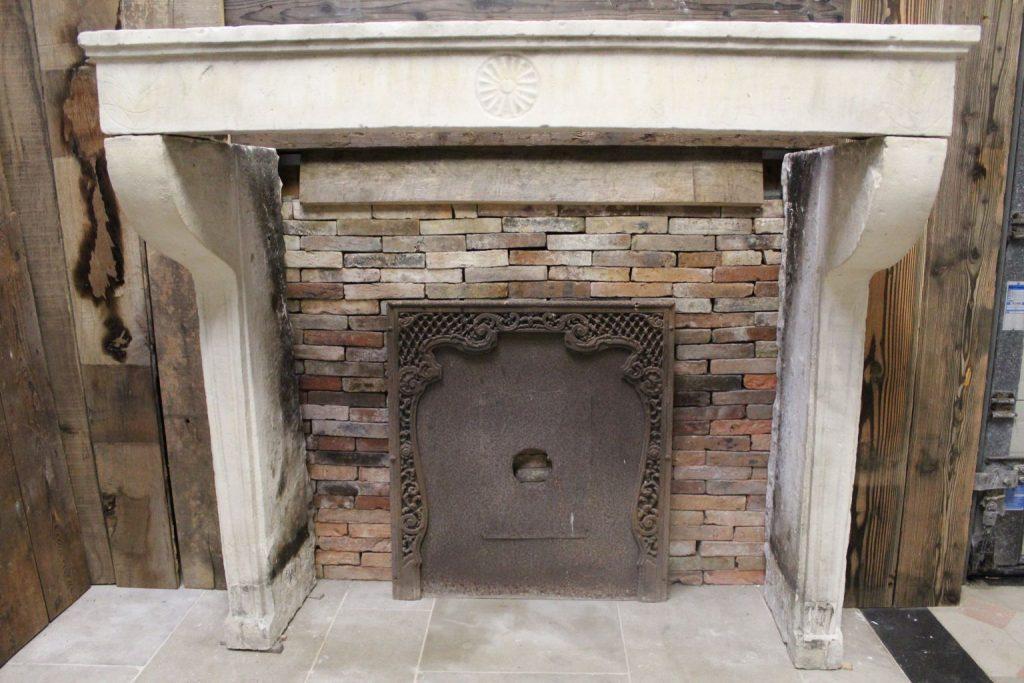 <div class='infos_produit'><span class='nom_produit'>Antique French Limestone Fireplace in Louis XVI style</span><span class='favori_produit' id='22851' est_favori='0'><span class='etoile'></span>Add to bookmark</span></div>