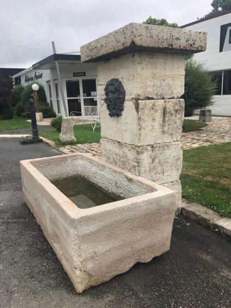 fontaine ancienne en pierre ancienne