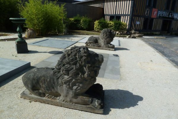 lion ancien en pierre