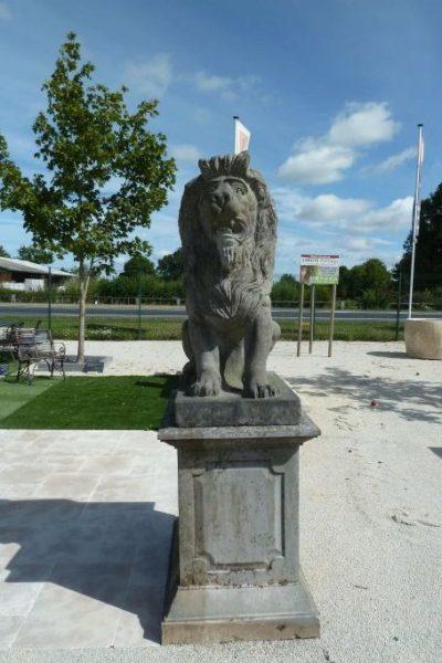 statue de lion sur socle