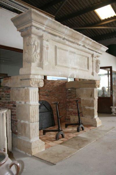 cheminée-ancienne-en-pierre-renaissance
