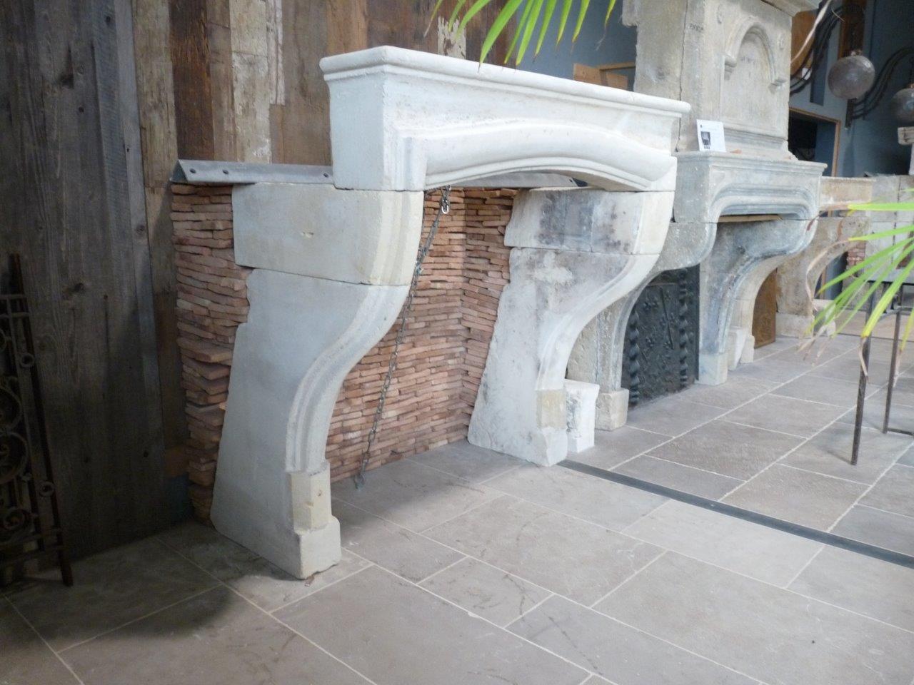 chemin e en pierre ancienne louis xiv bca mat riaux anciens. Black Bedroom Furniture Sets. Home Design Ideas