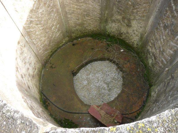 puit ancien en pierre ancienne