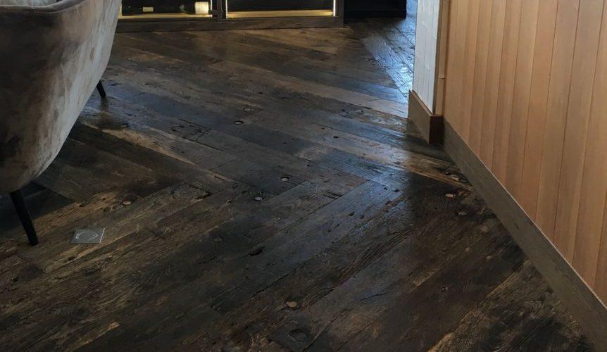 sol intérieur avec du plancher de wagon en chêne