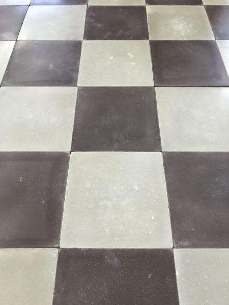 damier avec des carreaux de ciment violet et gris