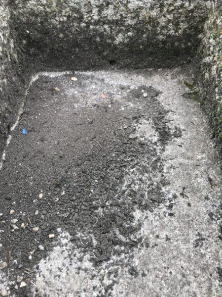 trou d'évacuation d'une auge en granit