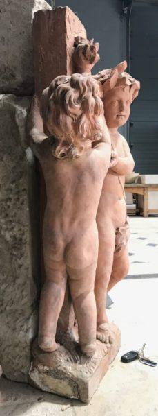 Putti plays together in a statue of cherubs