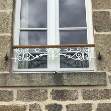 exemple of a windows guard rail white painted